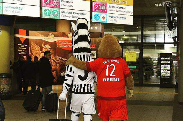 Mascotes de Bayern e Juventus unem-se para promover duelo
