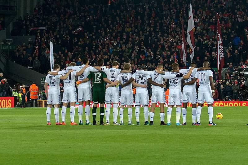 Liverpool e Leeds United cumprem minuto de silêncio no jogo da Taça da Liga Inglesa.