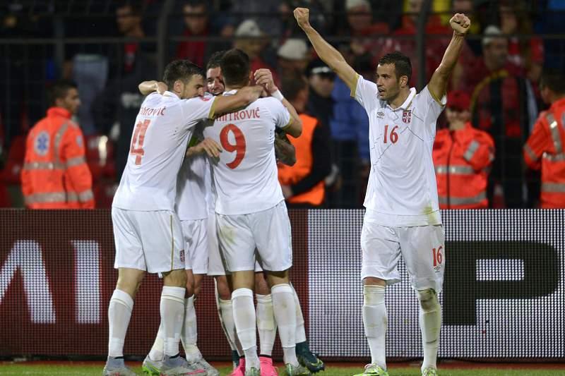 Jogadores da Sérvia celebram a vitória sobre a Albânia por 2-0