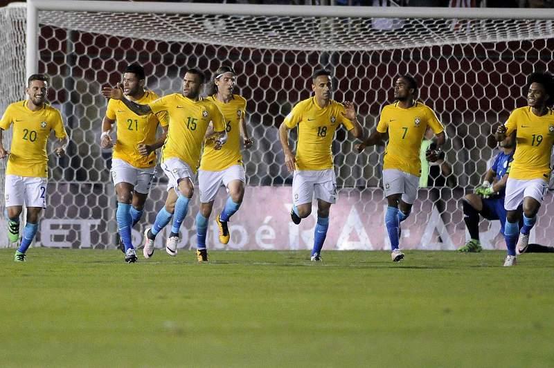 Dani Alves celebra o golo no último minuto frente ao Paraguai que evitou uma derrota ao Brasil