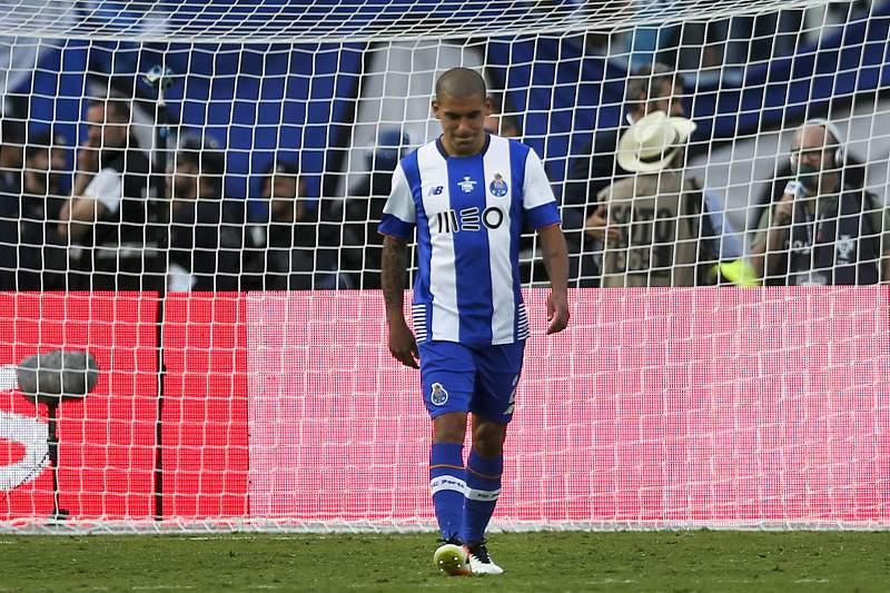 Maxi Pereira não quer deixar o FC Porto