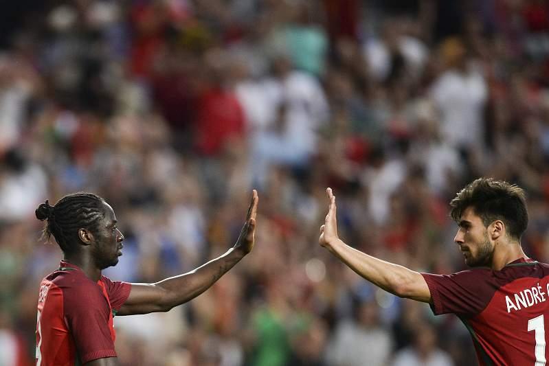 Éder e André Gomes celebram um golo por Portugal sobre a Estónia
