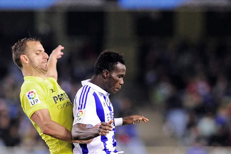 Soldado disputa uma bola com Bruma durante um jogo da liga espanhola entre Real Sociedad e Villarreal