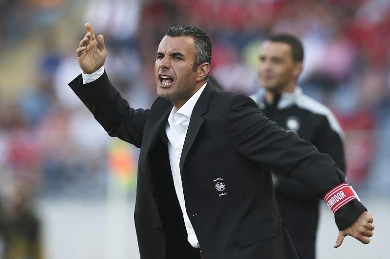 Ivo Vieira dá indicações durante o jogo com o Benfica em Coimbra