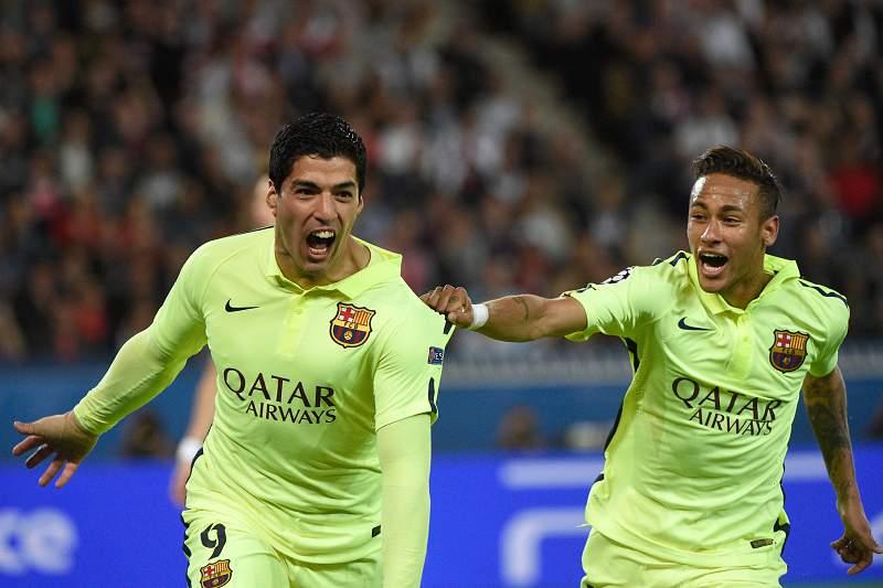 Suarez e Neymar celebram um dos golos do uruguaio no Parque dos Príncipes