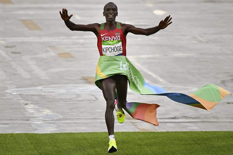 Queniano Eliud Kipchoge conquista ouro na maratona masculina