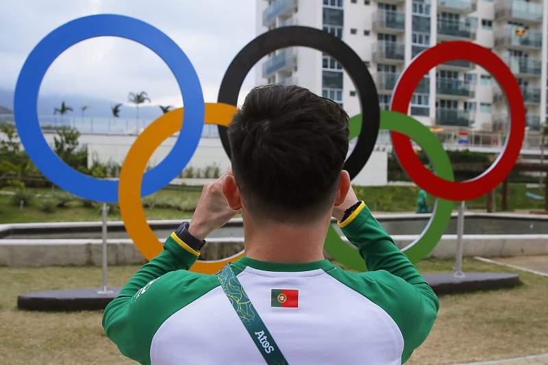 Atleta português tira uma fotografia na aldeia olímpica