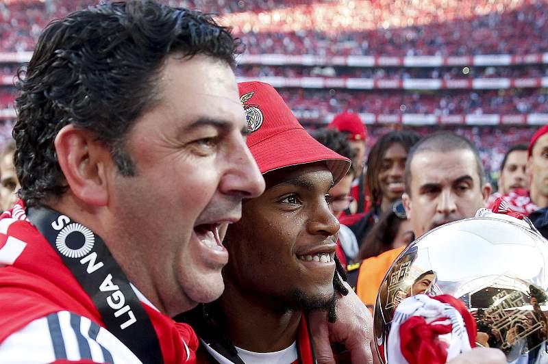 Rui Vitória com Renato Sanches nas celebrações do 35º título de campeão do Benfica