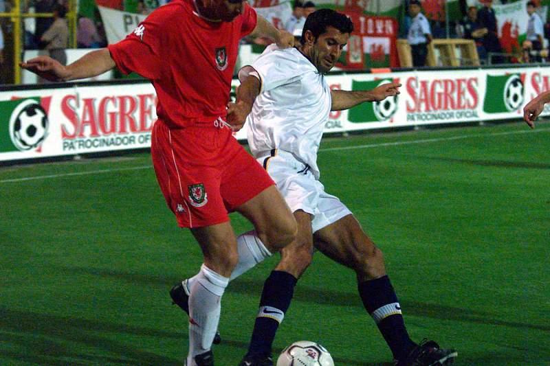 Luís Figo disputa uma bola com Mark Delaney durante um jogo de preparação de Portugal para o Euro2000