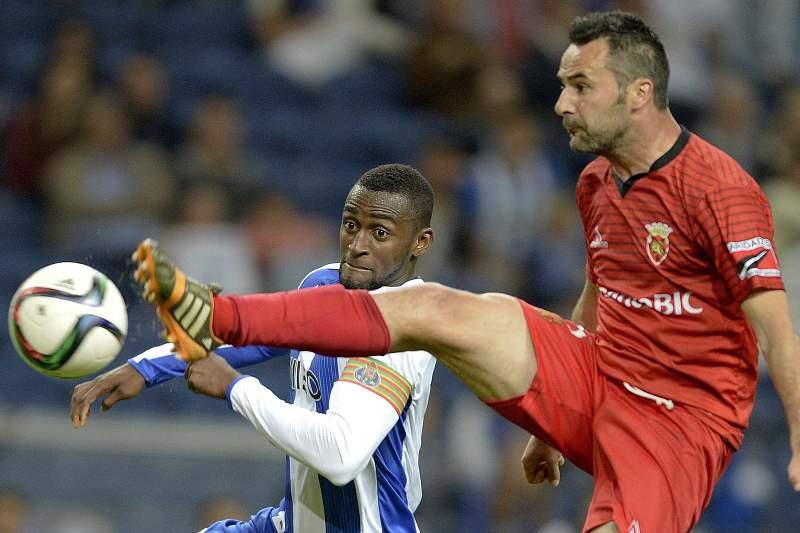 Pedro Ribeiro em ação pelo Penafiel num jogo contra o FC Porto