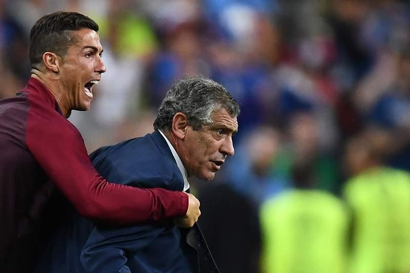 Cristiano Ronaldo com Fernando Santos durante a final de Paris