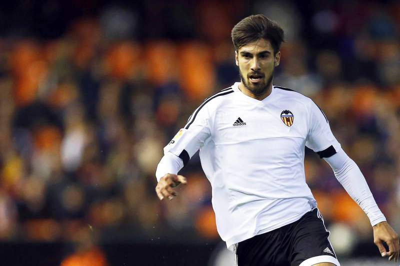 André Gomes (E) disputa a bola com Roque Mesa (D), do Las Palmas