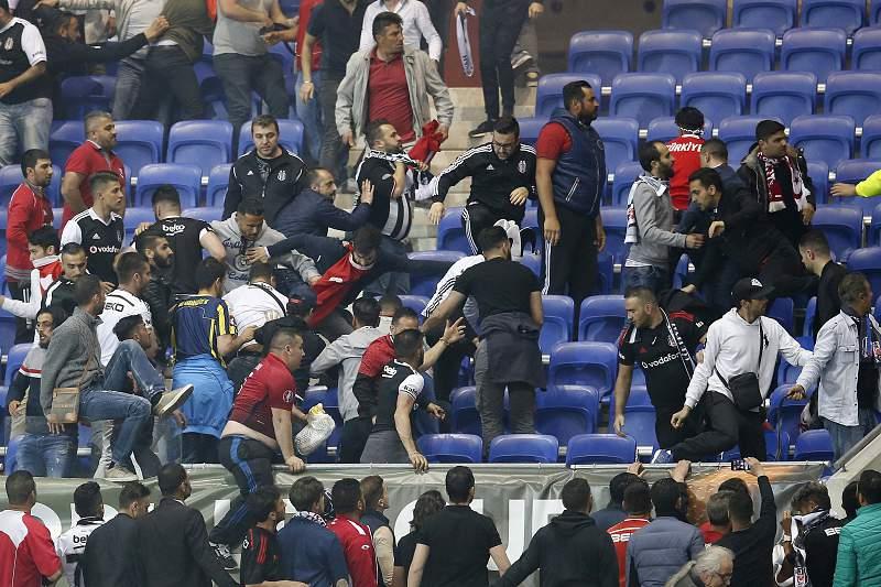 O jogo entre Lyon e Besiktas ficou marcado por confrontos nas bancadas entre adeptos