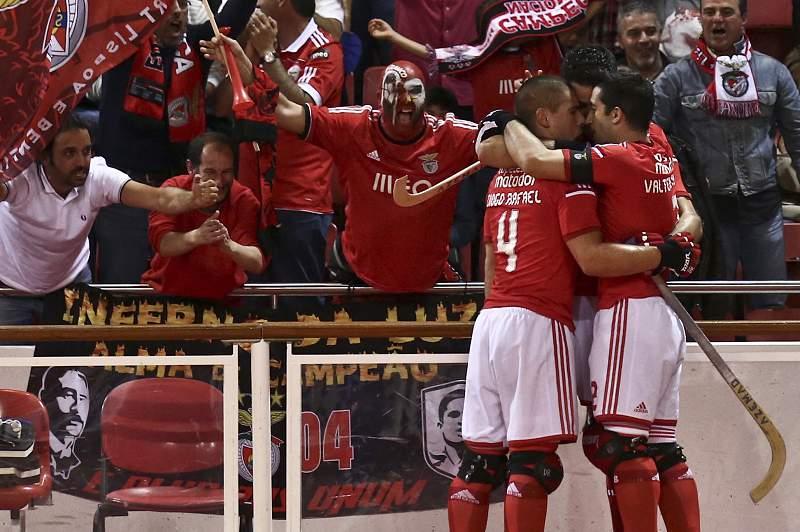Equipa de hóquei em patins do Benfica festeja golo