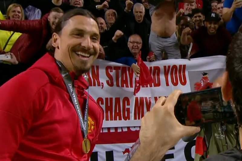 Ibrahimovic posa ao lado do cartaz