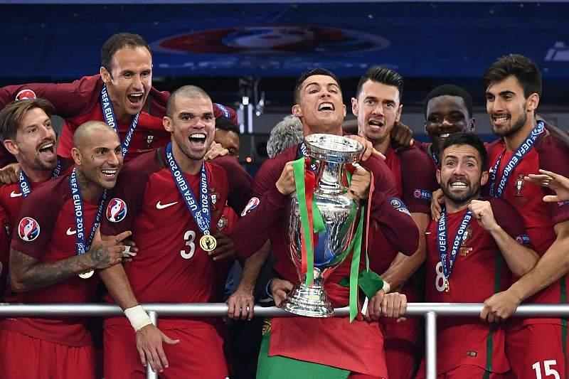 Pepe com Cristiano Ronaldo e a Taça dos Campeões da Europa