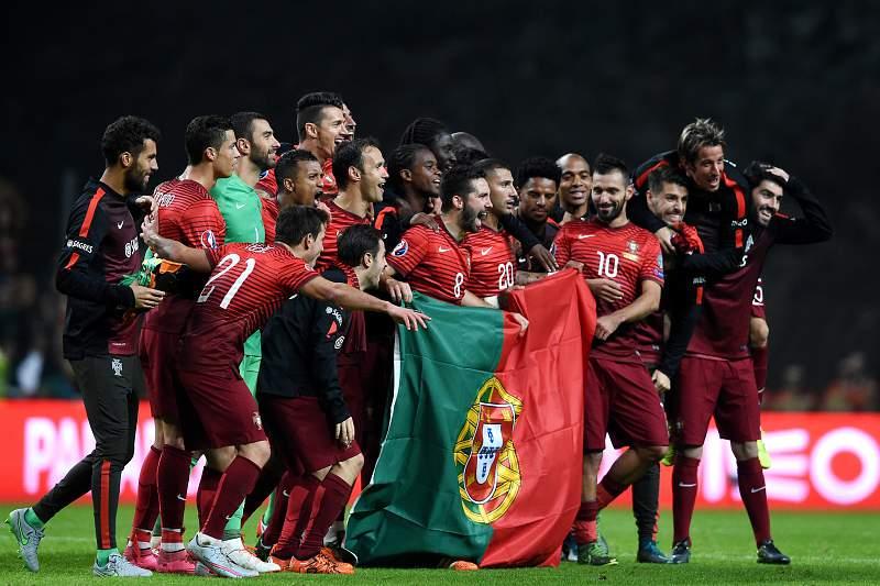 Jogadores portugueses celebram o apuramento para o Europeu 2016 em França após vencerem a Dinamarca por 1-0