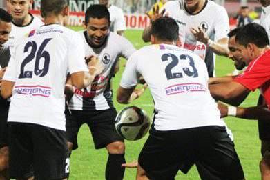 Jogadores do Zamora com Cesar Martinez a celebra o golo ao Caracas