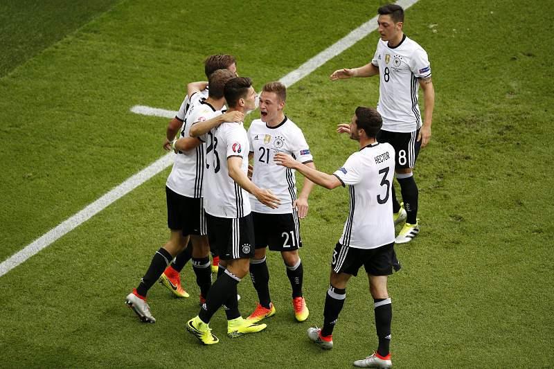 Mario Gomez celebra um golo pela Alemanha no Euro2016