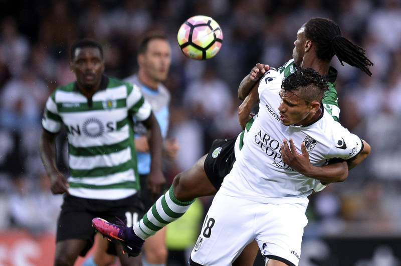 Rúben Semedo disputa uma bola com Soares durante o jogo entre Vitória de Guimarães e Sporting