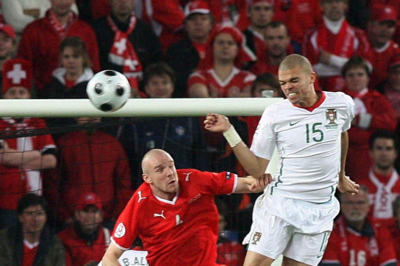 Pepe ganha uma bola a Senderos durante o jogo entre Portugal e Suíça do Euro2008