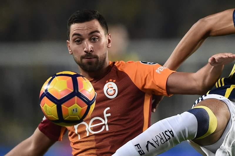 Sinan Gumus em ação pelo Galatasaray num jogo frente ao Fenerbahçe
