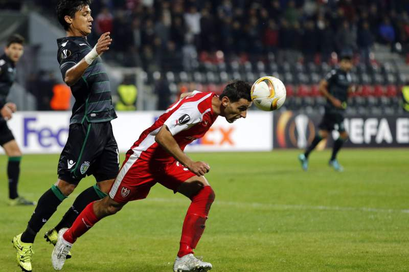 Fredy Montero disputa uma bola com Kristi Vangjeli