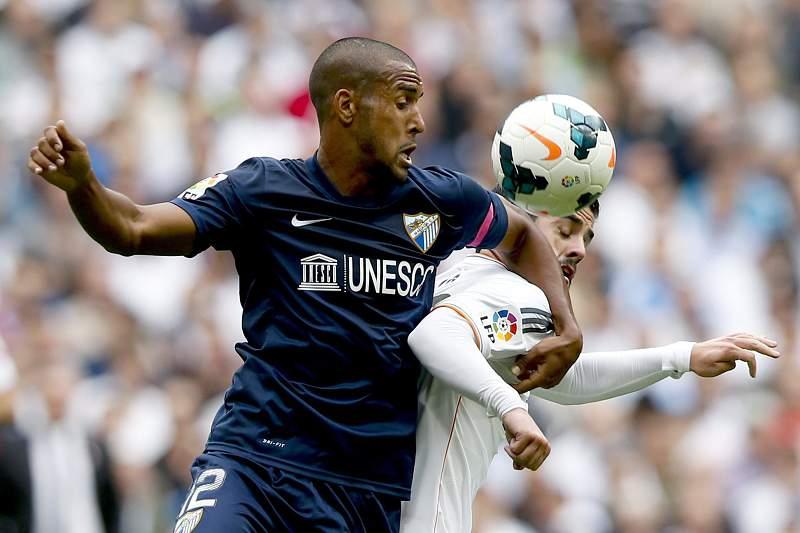 Isco disputa a bola com Fernando Tissone
