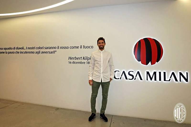 AC Milan anuncia Fabio Borini