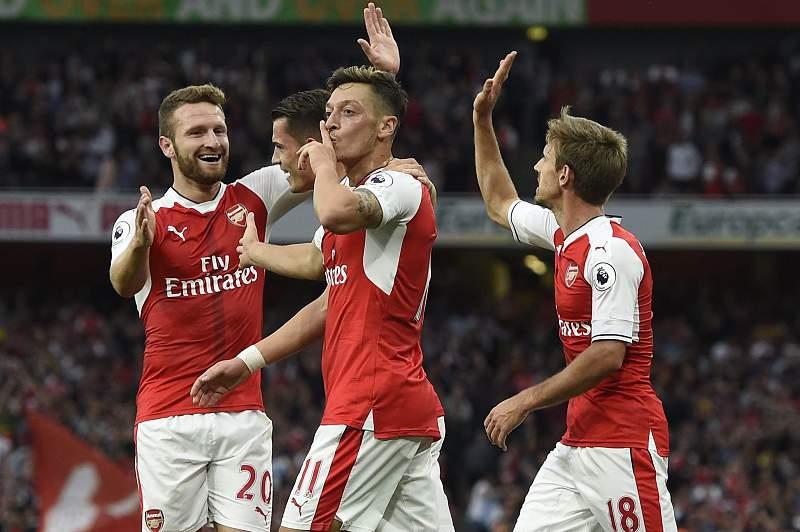 Mesut Ozil celebra um golo diante do Chelsea