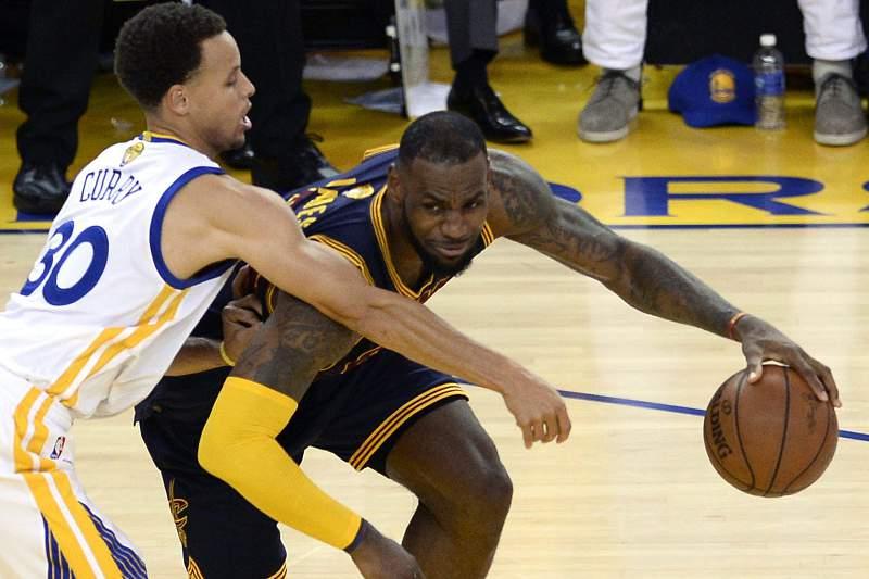 LeBron James protege a bola de Stephen Curry durante a final da NBA entre Golden State Warriors e Cleveland Cavaliers