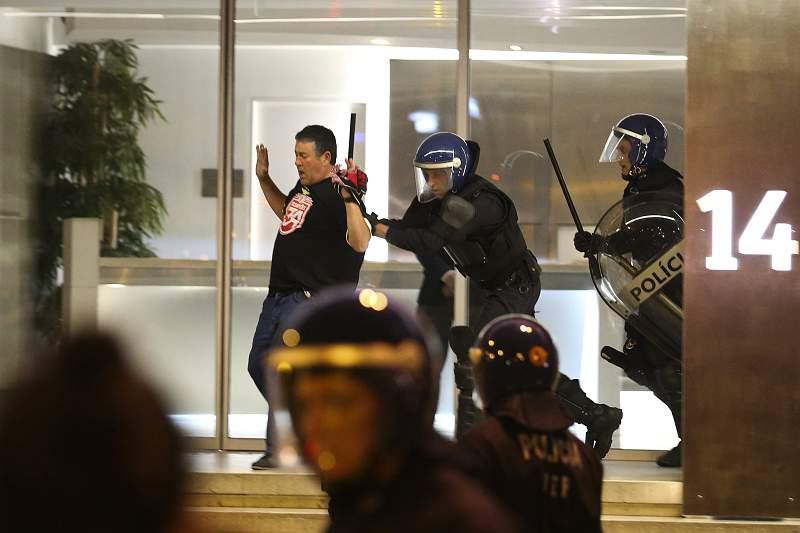 Confrontos entre adeptos e polícia