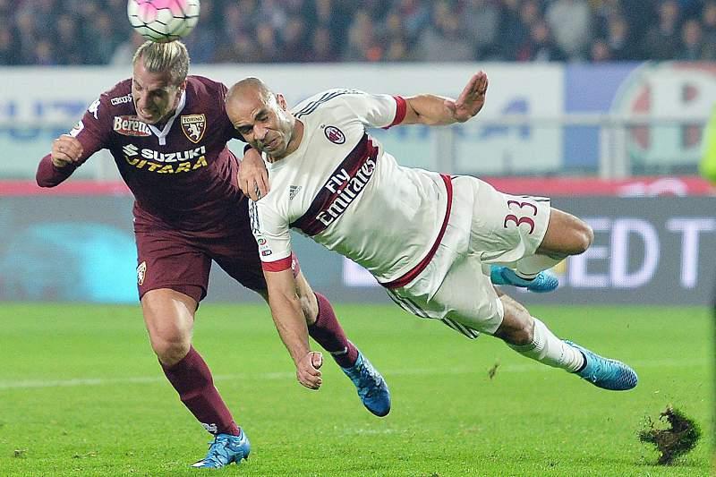 Maxi Lopez disputa uma bola com Alex do AC Milan