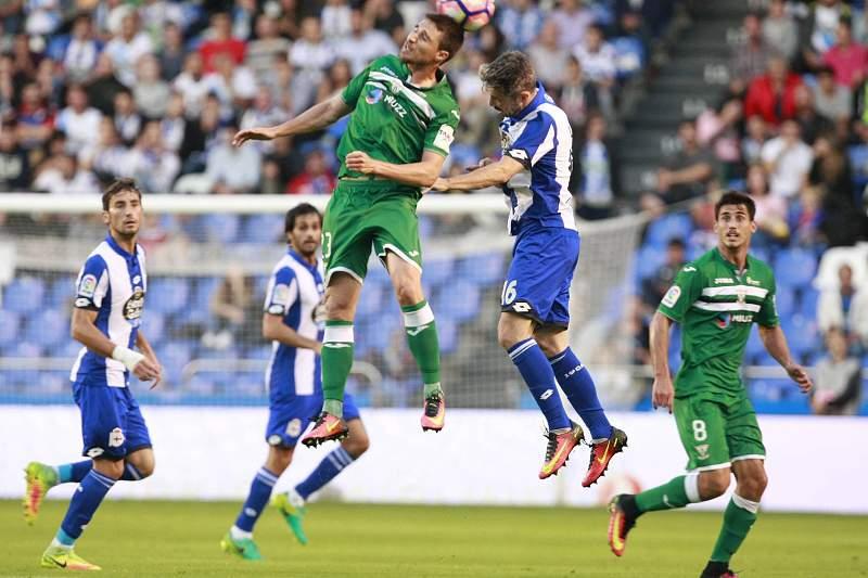 Luisinho Correia disputa uma bola com Omar Ramos durante o jogo entre Deportivo da Corunha e Leganés
