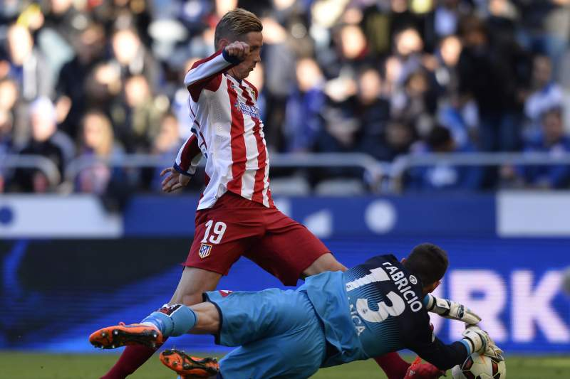 Fernando Torres passa pelo guarda-redes do Deportivo da Corunha