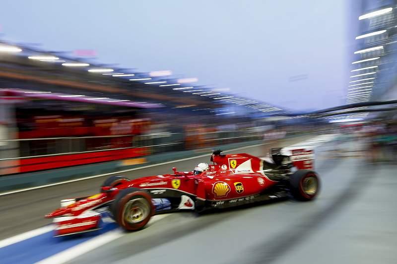 Sebastian Vettel sai da pitstop da Ferrari durante os testes para o GP de Singapura