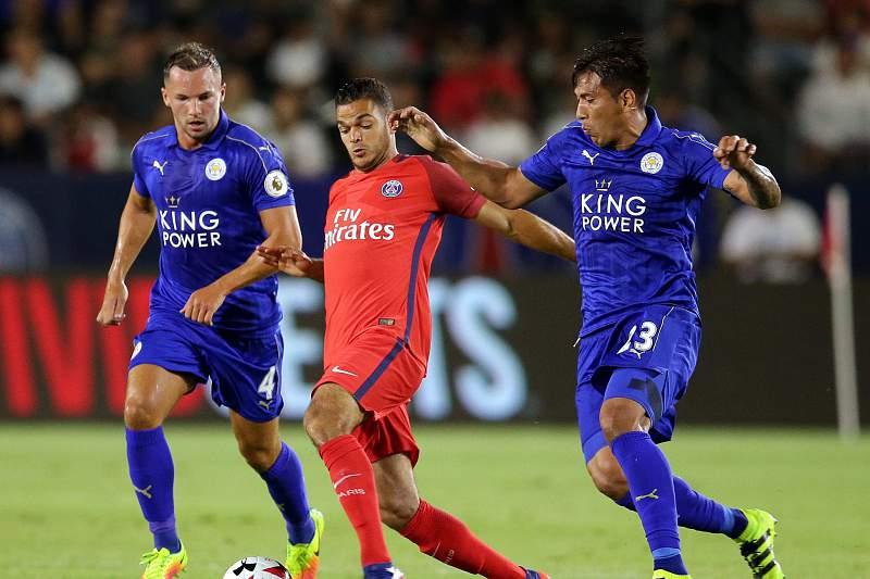 Leo Ulloa (D) em ação pelo Leicester