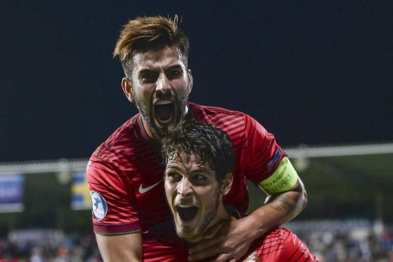 Sérgio Oliveira festeja o golo contra a Suécia com Gonçalo Paciência