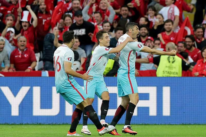 Burak Yilmaz celebra um golo frente à República Checa