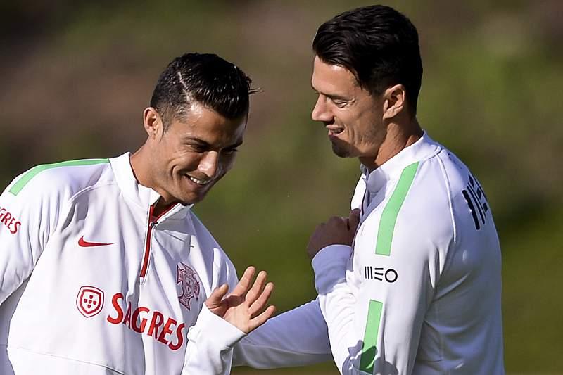 Cristiano Ronaldo e José Fonte num momento de descontração antes de um treino da Seleção Nacional