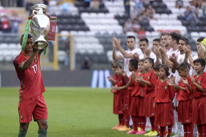 Nani segura a Taça do Euro2016, conquistado pela seleção portuguesa em julho