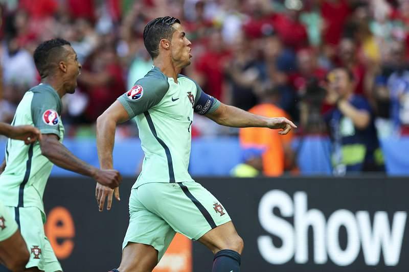 Cristiano Ronaldo e Nani festejam um golo frente à Hungria