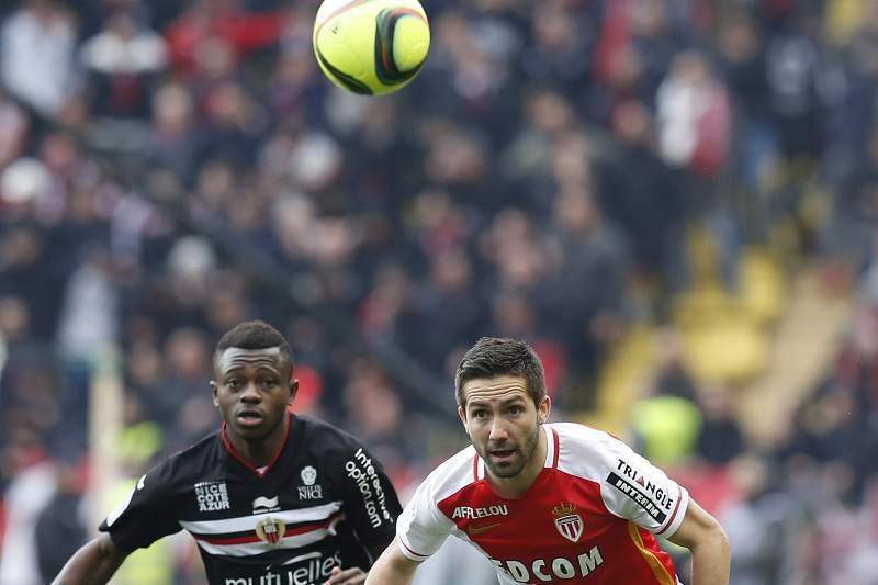 João Moutinho disputa uma bola com Jean Michel Seri do Nice