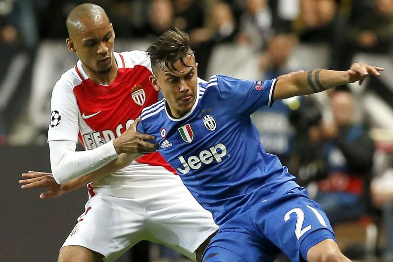 Fabinho em disputa de bola com Paulo Dybala