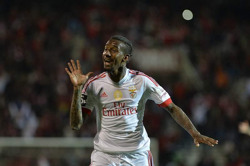 Talisca celebra golo com a camisola do Benfica