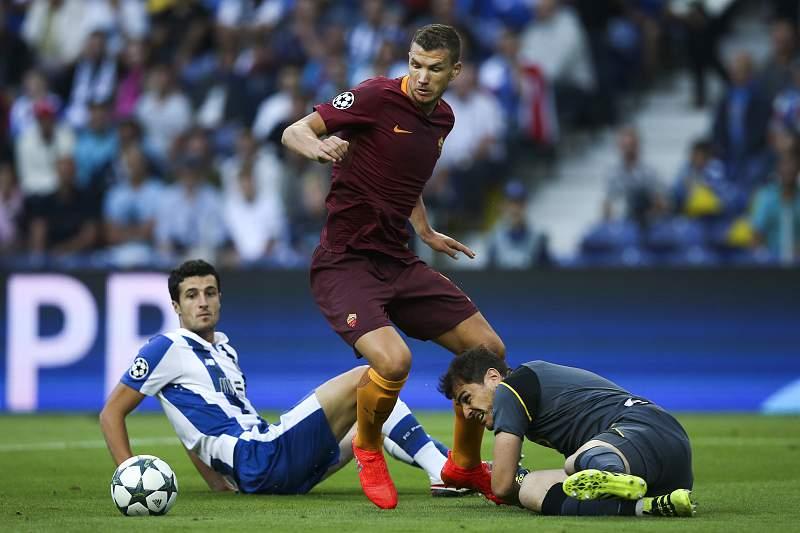 Dzeko rouba a bola a Iker Casillas