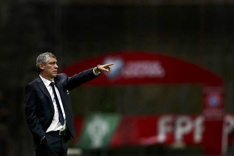 Fernando Santos dá indicações durante o jogo entre Portugal e Dinamarca