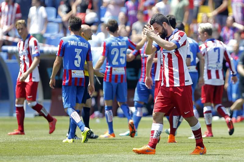 Arda Turan aplaude adeptos após empate com Levante no Vicente Calderón