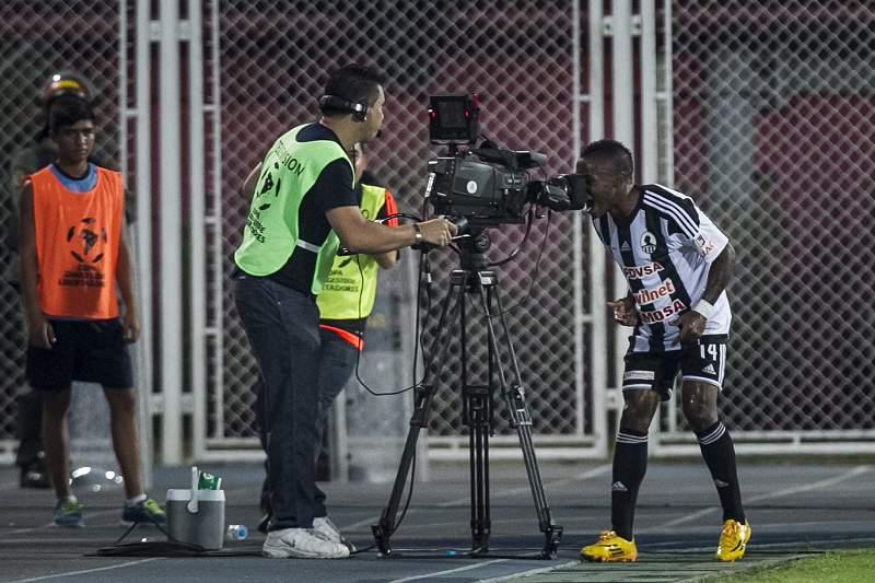 Jhon Murillo, do Zamora, celebra golo contra o Boca Juniors