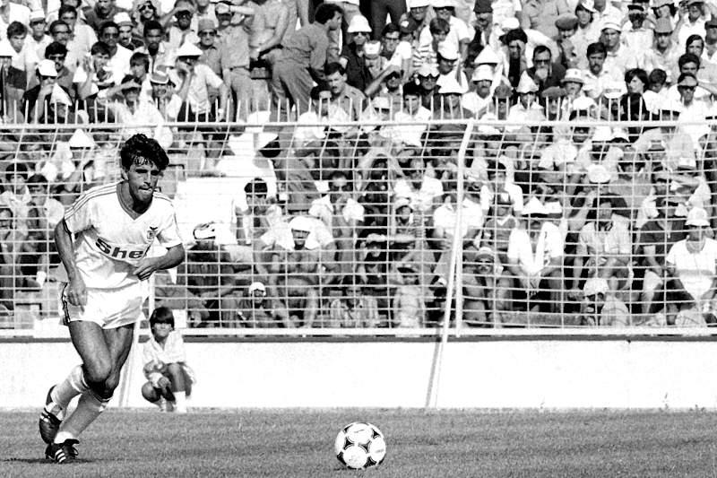 Diamantino Dias prepara-se para marcar um livre contra o Sporting Braga em 1984